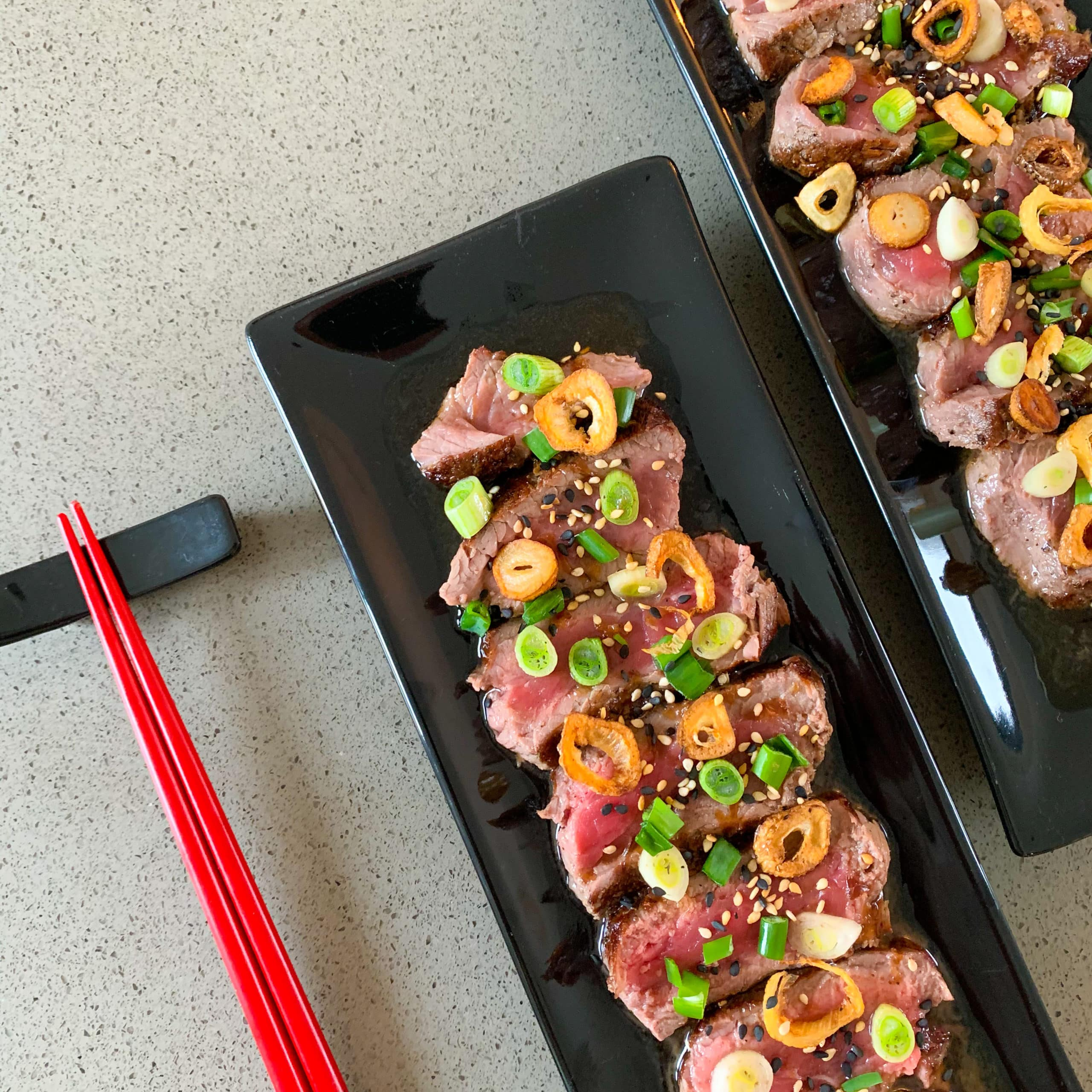 Japanse biefstuk tataki met ponzu-saus en knoflookchips