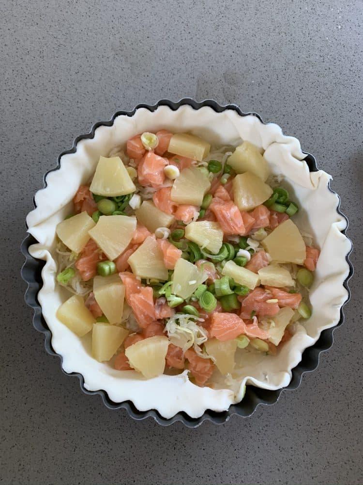 Vullen van quiche met zuurkool, zalm en ananas