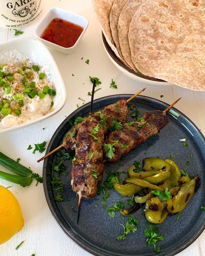 Griekse kofta met wraps en yoghurt-tahinsaus