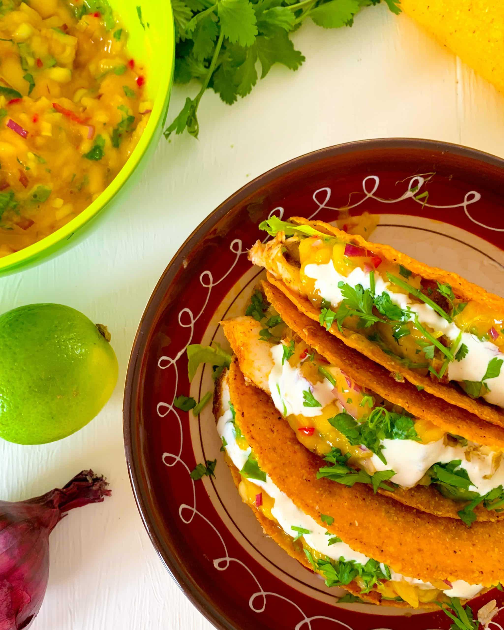 Vistaco's met mangosalsa, guacamole en limoenmayo