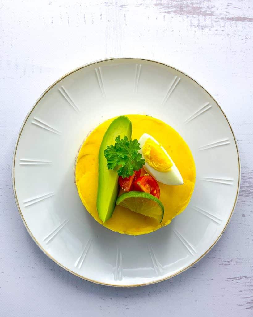 Peruaanse causa met avocado en garnalen
