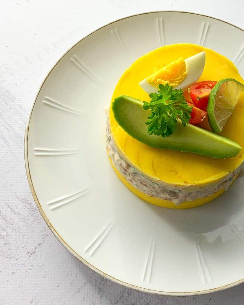 Peruaanse causa met garnalen en avocado