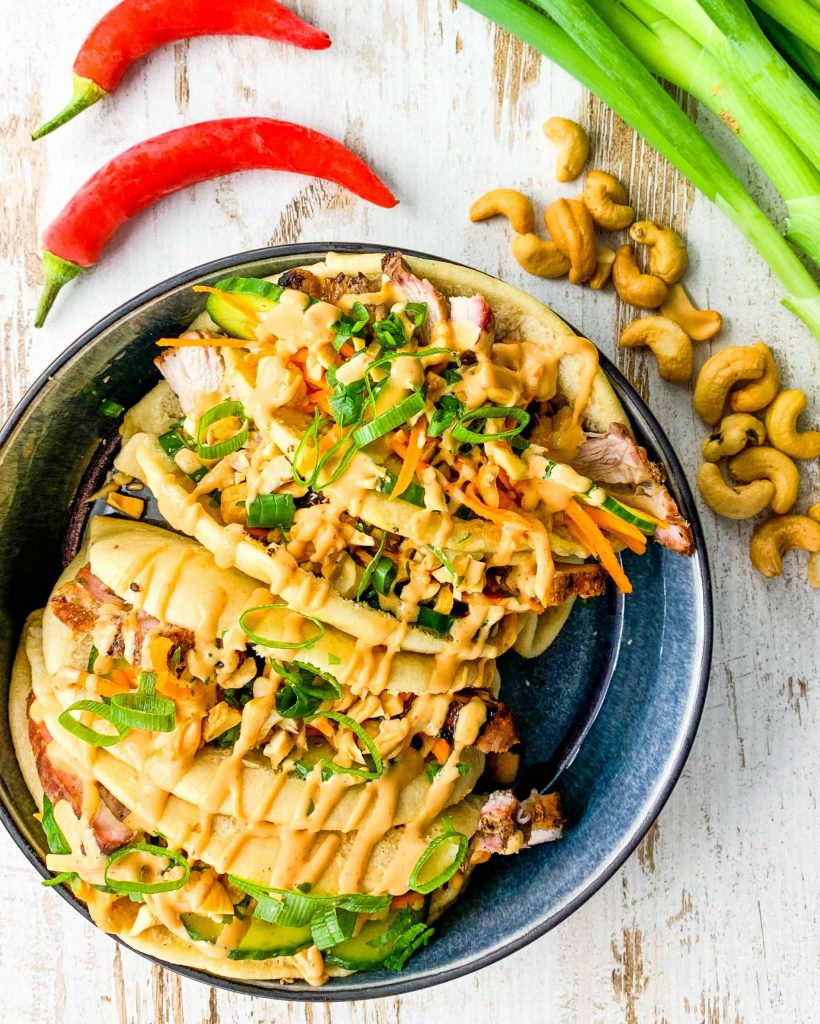 Guao bao buns met Japans buikspek van de bbq en sriracha mayonaise