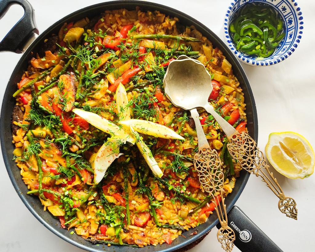 Vegan paella met shiitake en ingelegde jalapeño