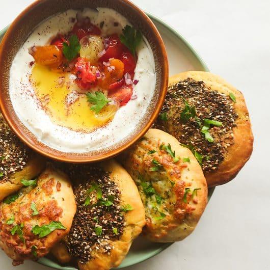 Libanese manakish met sumak-yoghurt dip