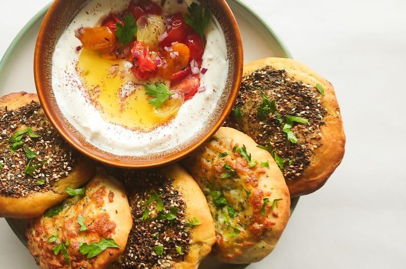 Libanese Manakish met sumak-yoghurt dip.