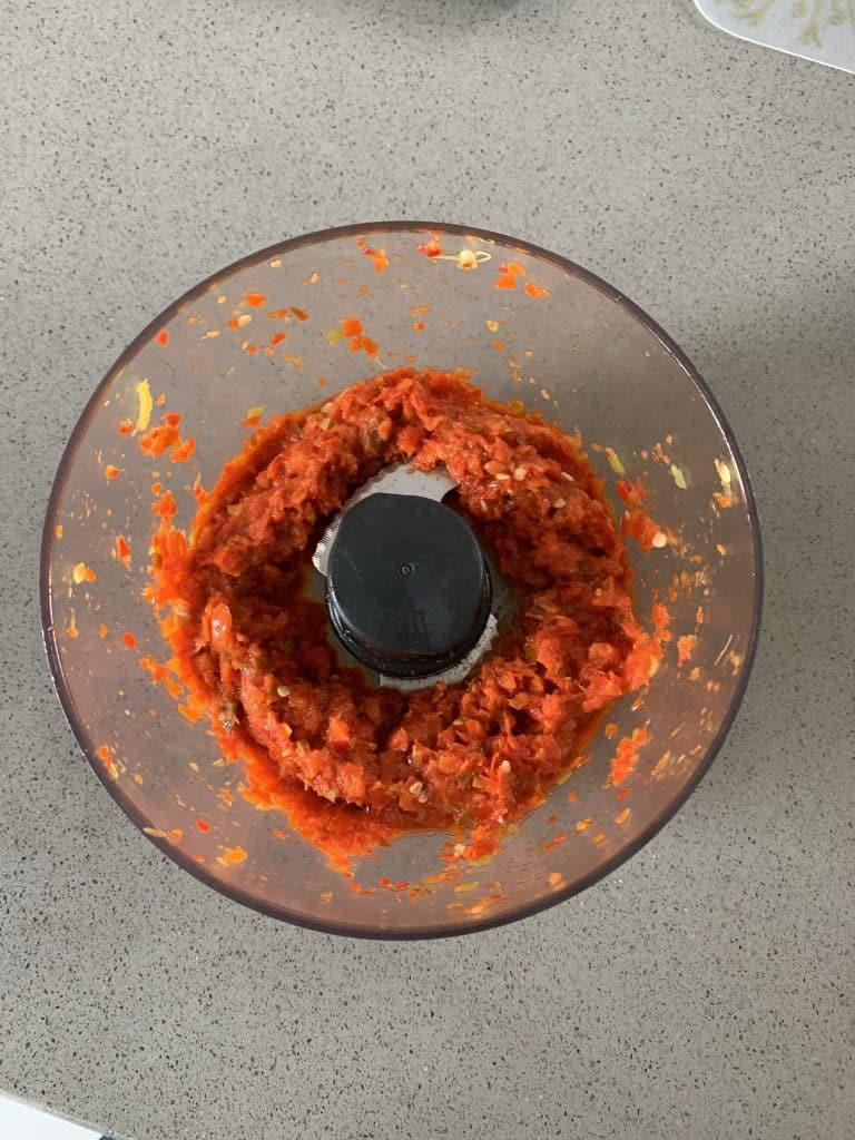 zelf sambal badjak maken pepers in keukenmachine fijn gemalen
