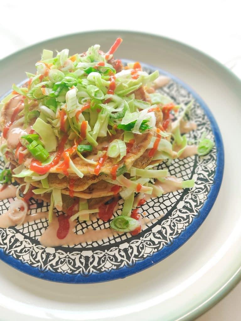 Okonomiyaki (Japanse hartige pannenkoek) met ingelegde spitskool