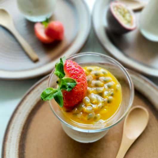 Kokospudding met kardemom, mango en passievrucht