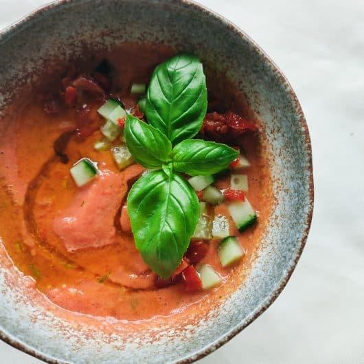 Spaanse gazpacho met zongedroogde tomaat en harissa