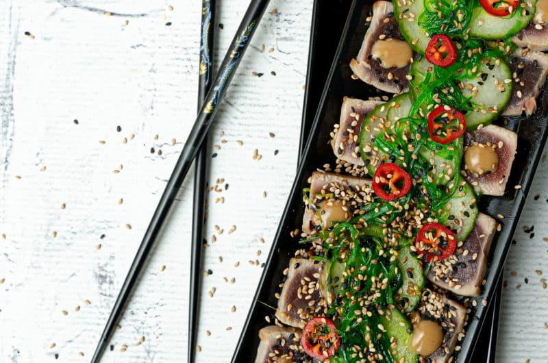 Tonijn tataki met chuka wakame en sesam-soja dressing