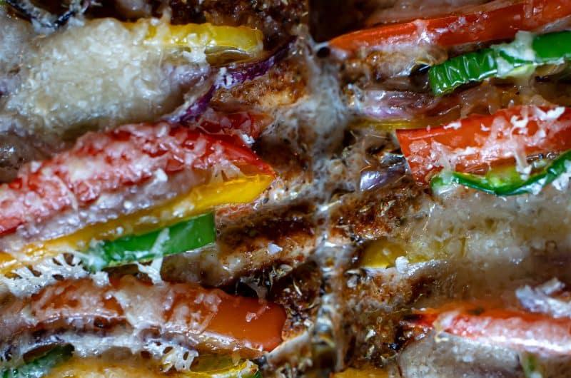 Hasselback chicken met paprika en jalapeño