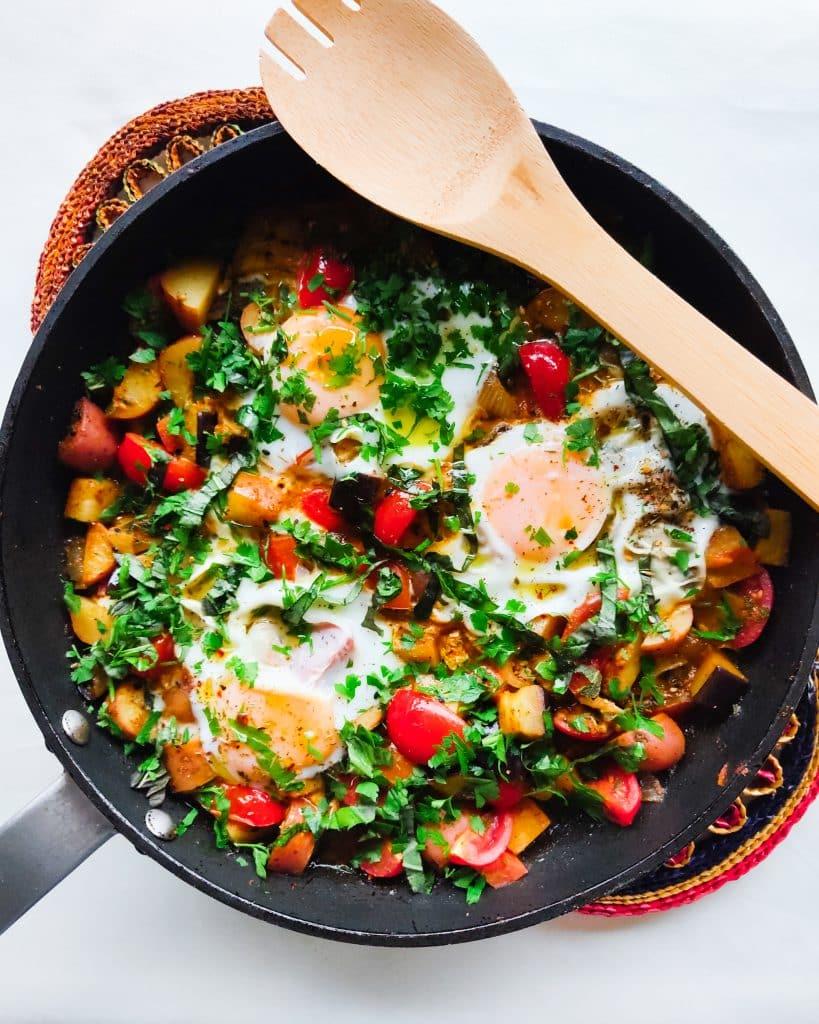 Shakshuka met tomaat, aubergine, krieltjes en harissa