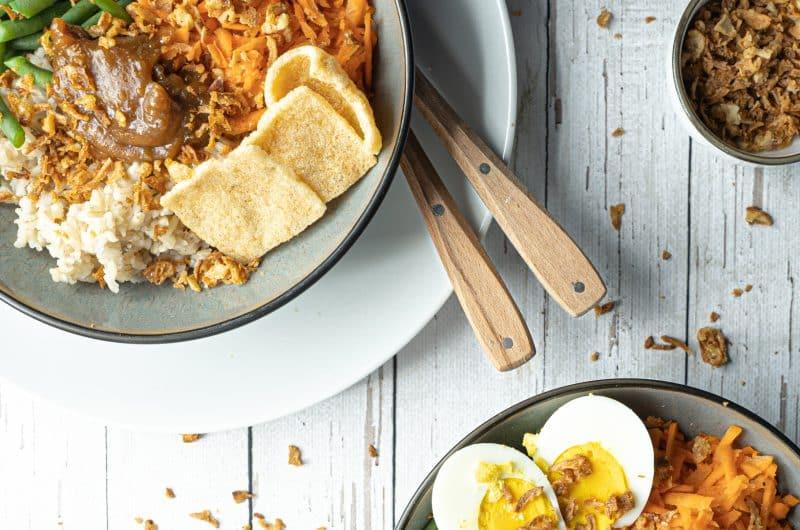 Indonesische gado gado met sperziebonen, ei, wortel en rijst